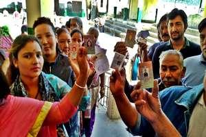 PHOTOS: युवा, महिलाएं, बुजुर्ग और दुल्हे ने भी दिखाया उत्साह, डाले वोट