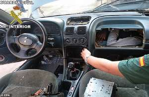 कार के इंजन और डैशबोर्ड में छिपकर क्रॉस कर रहे थे बॉर्डर, पुलिस ने किया अरेस्ट