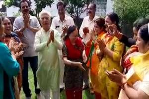 PHOTOS: गुरू का आशीर्वाद लेने पहुंचे किशन कूपर, खुशी में झूमे BJP नेता शांता कुमार