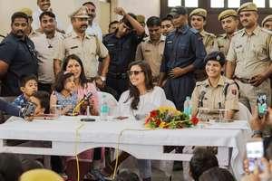 राजस्थान के कोटा में रानी मुखर्जी ने की पुलिसकर्मियों से मुलाकात