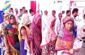 PHOTOS : नेताओं और मंत्रियों ने अपने -अपने इलाके में दिया वोट