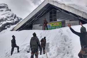 हेमकुंड साहिब में अब भी भारी बर्फ़, ज़रूरी सुविधाओं के इंतजाम में जुटी हुई है सेना