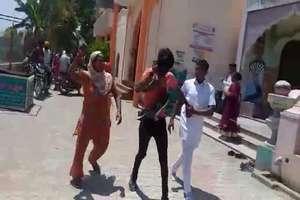 छात्रा का अपहरण करने वाले दो युवकों का ग्रामीणों ने मुंह किया काला, जूतों की माला पहनाकर घुमाया