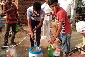बोरवेल से निकला चमत्कारी पानी! दिल्ली, राजस्थान और पंजाब से लोग पहुंच रहे पानी लेने
