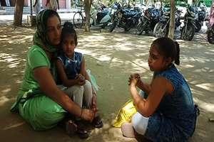 फतेहाबाद में बच्चियों के साथ धरने पर बैठी विधवा, न्याय की लगा रही गुहार