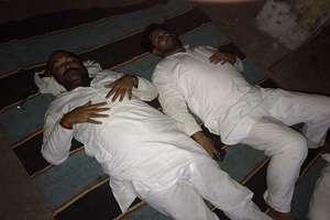 गेस्ट हाऊस के बाहर जमीन पर ही सो गए धरने पर बैठे कांग्रेस...