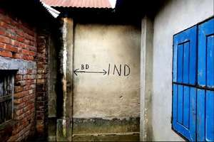 इस मकान का एक दरवाजा भारत तो दूसरता खुलता है बांग्लादेश में