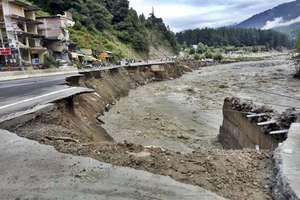 PHOTOS: हिमाचल में बारिश से मनाली-चडीगढ़ हाईवे का हाल