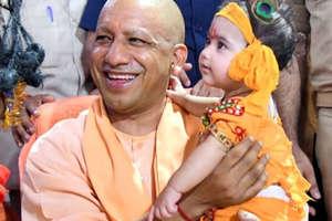 गोरखपुर में CM योगी ने कैसे मनाई 'कान्हा' संग जन्माष्टमी