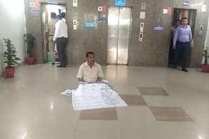 CM ऑफ़िस की बिल्डिंग में धरने पर बैठ गए तिलकराज बेहड़