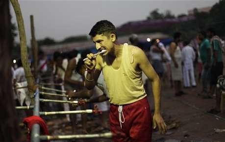 <a href='http://khabar.ibnlive.in.com/photogallery/3682/'><font color=red>देखें: खाना, पीना, सोना सबकुछ रामलीला मैदान में</font></a>