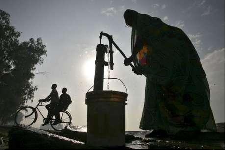सरकार की अनदेखी के कारण पानी की एक-एक बूंद को तरस रहे लोग