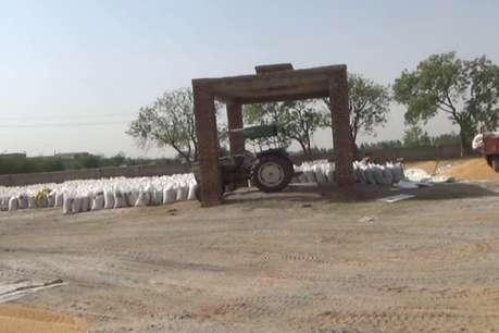 यहां शमशान घाट बना अनाज खरीद केंद्र,मुर्दो को जलाने के स्थान पर खड़े ट्रैक्टर