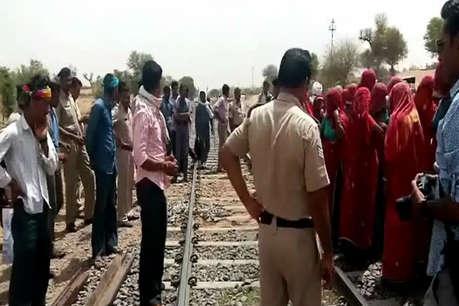 चूरूः रास्ते की मांग को लेकर रेलवे ट्रैक पर बैठे ग्रामीणों को देख प्रशासन के फूले हाथ-पैर