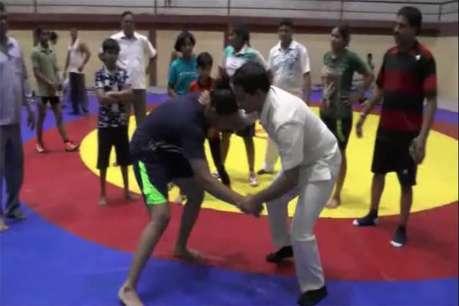 खंडवा में फिल्म दंगल के ट्रेनर बच्चों को सिखा रहे कुश्ती के दांव