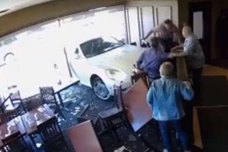 VIDEO : कार लेकर रेस्टोरेंट में घुसी 85 साल की महिला और फिर...