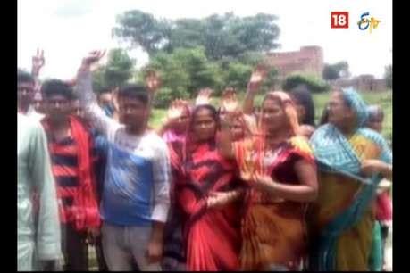 34 बच्चों को स्कूल से निकाला, स्कूल के बाहर अभिभावकों का प्रदर्शन