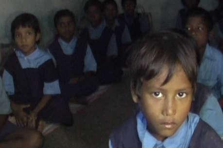 अंधेरे कमरे में अपने शिक्षकों का इंतजार कर रहे इस स्कूल के छात्र