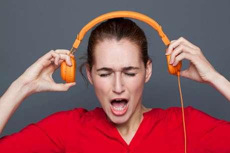 इयरफोन से गाने सुनना देता है मन को सूकून और कानों को दर्द