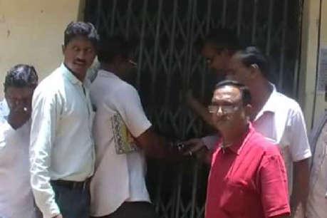 अधिकारियों के रवैये से नाराज पंचायत पदाधिकारियों ने ऑफिस में जड़ा ताला