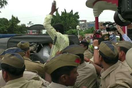गोरखपुर में सीएम योगी के काफिले को दिखाया काला झंडा, गिरफ्तार