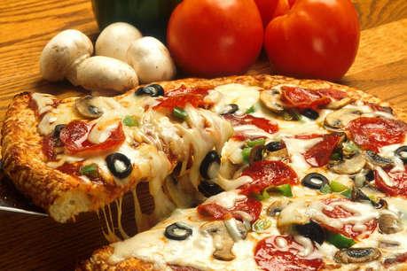 किताब के लिए लाइन में लगे थे, तोहफे में मिल गया पिज़्ज़ा!