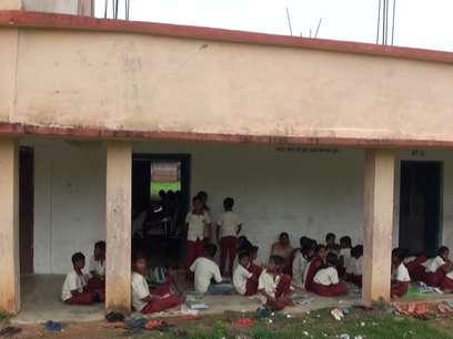 करोड़ों खर्च करने के बाद भी छात्र-छात्राएं जमीन पर बैठने को मजबूर