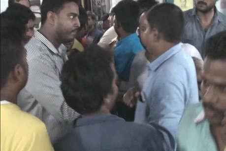 रेलवे स्टेशन के पार्किंग स्टाफ पर छेड़छाड़ का आरोप, परिजनों ने किया हंगामा