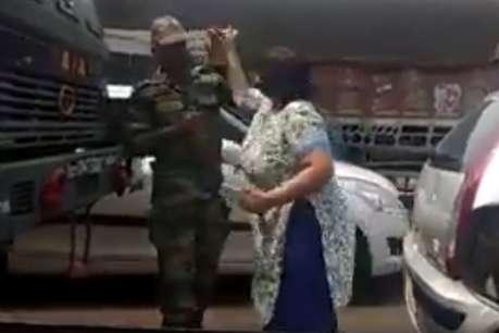 बीच सड़क महिला ने सेना के जवान को जड़े थप्पड़, VIDEO वायरल!