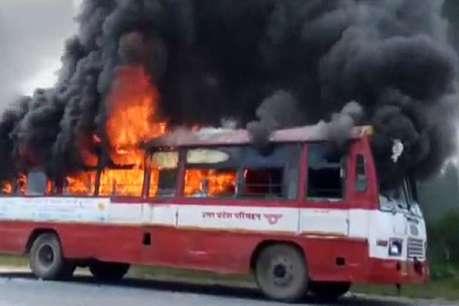 मऊ: साथी की मौत से बौखलाए छात्रों ने बस-ट्रक को किया आग के हवाले