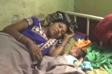 तीन घंटे बाद भी नहीं पहुंची एंबुलेंस, महिला ने निजी गाड़ी में ही दिया बच्चे को जन्म