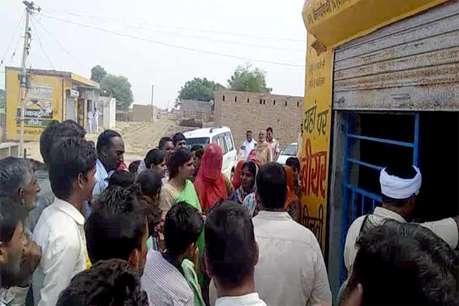 नाबालिगों पर शराब तस्करी का आरोप लगाने से गुस्साए ग्रामीणों ने शराब ठेके पर लगाया ताला