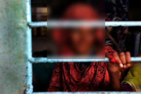गर्भवती महिला और उसके पति को विकलांग डिब्बे से बाहर निकाल कर फेंका