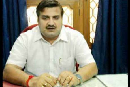 गाजियाबाद: पूर्व विधायक अमरपाल शर्मा पर पुलिस ने घोषित किया ईनाम