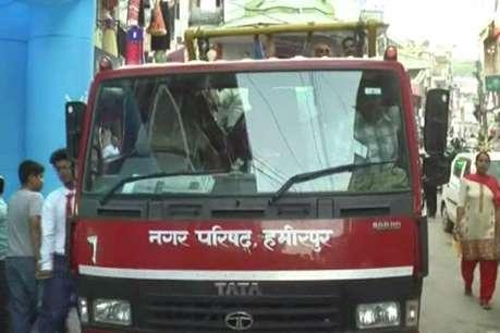 हमीरपुर शहर में नगर परिषद ने पार्टियों के होर्डिंग हटवाए