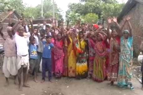 सहायता राशि नहीं मिलने से नाराज गांववाले कर रहे हैं शौचालय तोड़ने की तैयारी