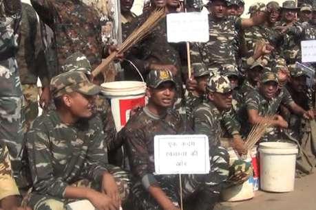 सीआरपीएफ जवानों के हाथों में हथियार की जगह दिखी झाड़ू, दिया पीएम मोदी का संदेश