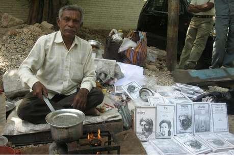 62 साल के लक्ष्मण चाय बनाते हैं और लिख चुके 24 किताबें