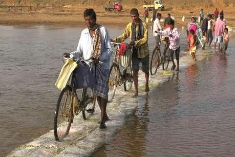 शासन ने नहीं दिया ध्यान तो ग्रामीणों ने खुद नदी के बहते पानी के बीच बना दी सड़क