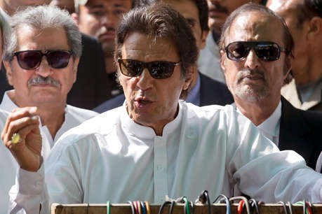 पाकिस्तान में अब इमरान खान पर फेंका गया जूता