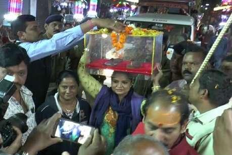 मुस्लिम महिला ऑफिसर ने सिर पर रखी शंकराचार्य की चरण पादुका, सुनाई चौपाई