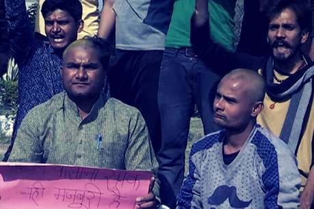 MP: महिला शिक्षकों के समर्थन में अब छात्रों ने मुंडवाया सिर