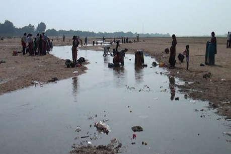 मकर संक्रांति पर त्रिवेणी संगम में डुबकी लगाने पहुंचे श्रद्धालु, पानी कम देख हुए निराश