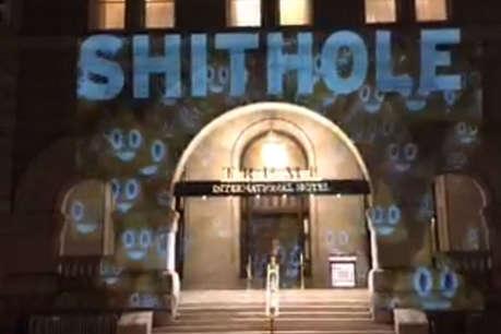 डोनाल्ड ट्रंप के होटल पर लिखा- 'Shithole', डाली गंदगी की इमोजी