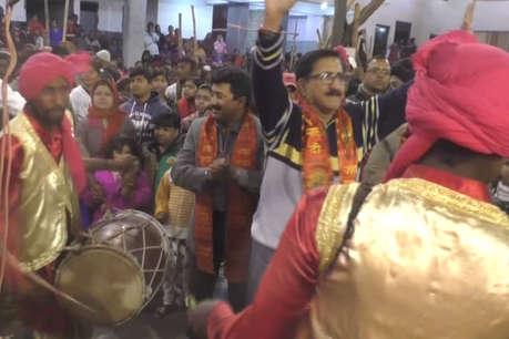 धनबाद में लोगों ने धूमधाम से मनाया लोहड़ी का त्यौहार, पंजाबी गानों ने बांधा समा