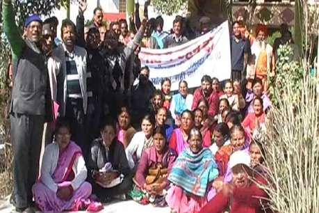 नगर पालिका विस्तार का विरोध जारी, अल्मोड़ा में ग्रामीणों ने किया DM का घेराव