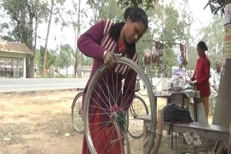 12 सालों से साइकिल पंक्चर बना परिवार का पेट पाल रही हैं फूलमती