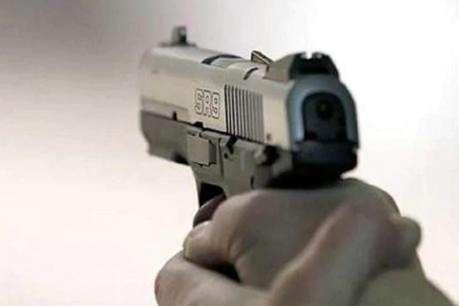 महिला को सरेआम मारी गोली, बैग छीनकर फरार