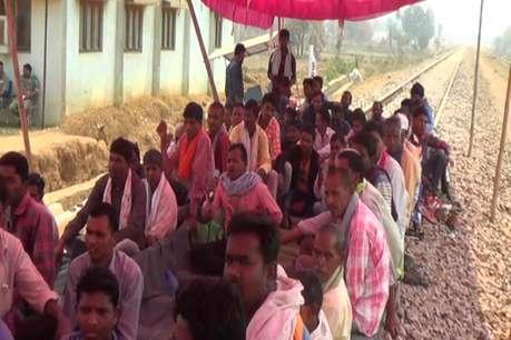 कांकेर: रेलवे ट्रैक पर किसान कर रहे आंदोलन, नहीं हो पाया ट्रायल