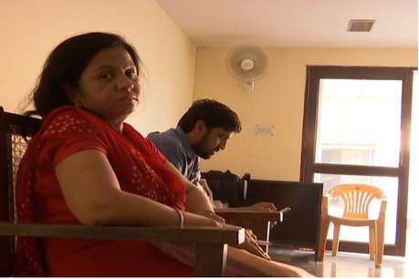 गेहूं घोटाले की आरोपी निलंबित आईएएस अधिकारी मीणा पहुंची एसीबी मुख्यालय